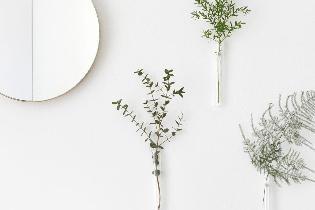 Vase aimant type tube a essai designé par Studio Macura