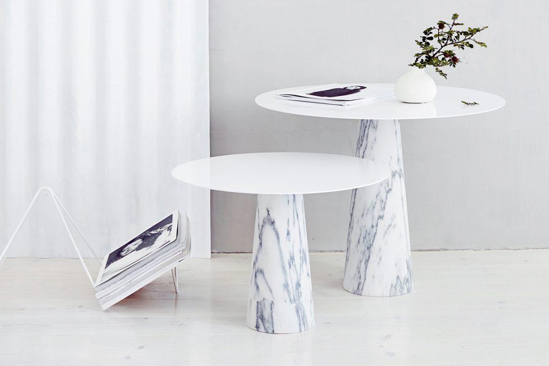 Table basse, piétement en marbre designé par Studio Macura