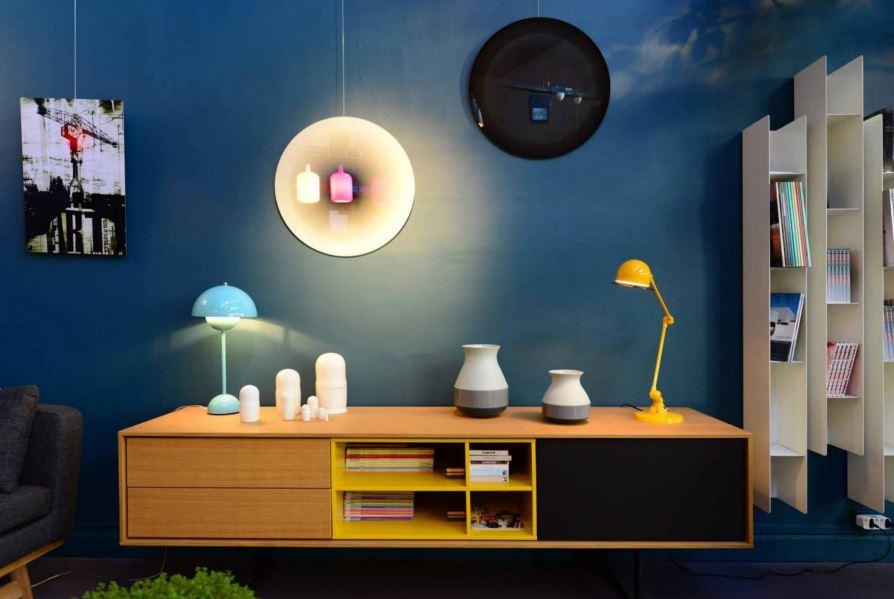 Buffet en bois sur mur bleu découvert chez Alibabette à Nantes