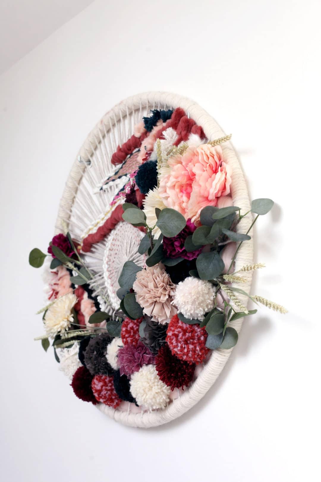 Couronne de fleurs en tissage mural, esprit boheme