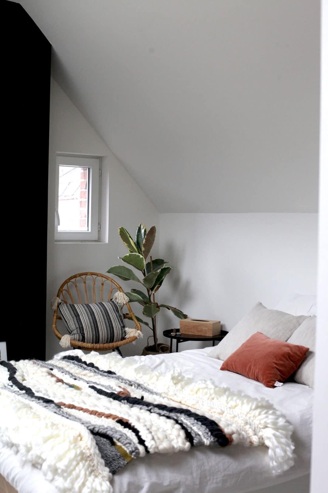 chambre esprit boheme avec un tissage en guise de plaid