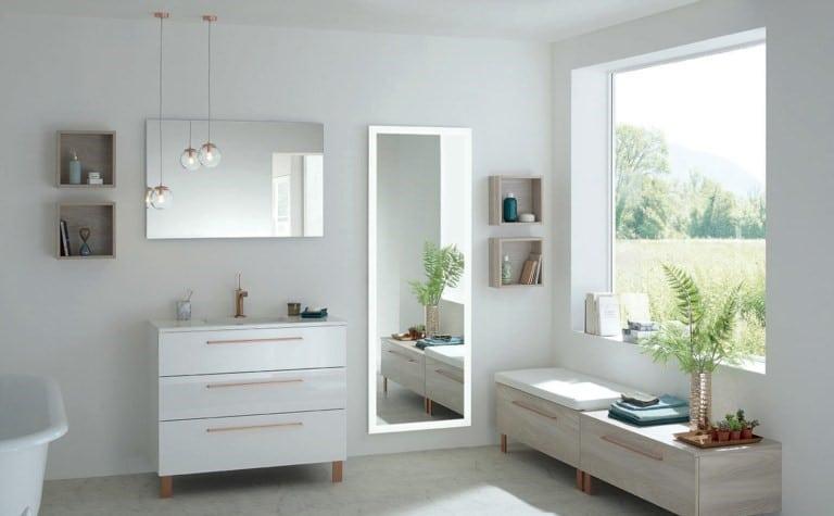 Salle de bain féminine, avec grand miroir et suspension
