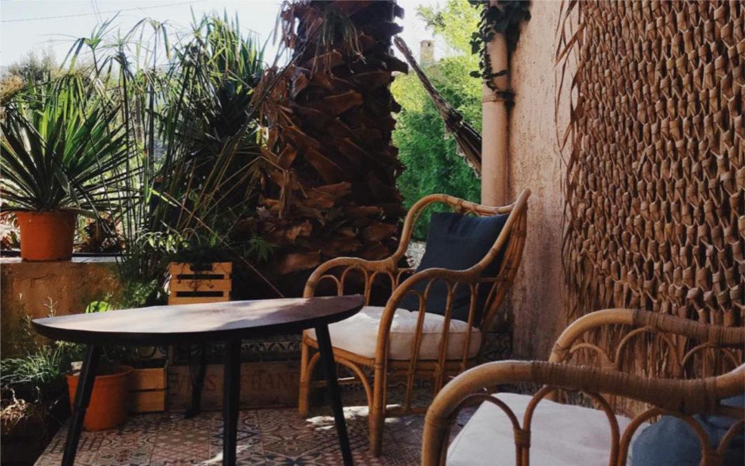 Moment détente en terrasse sur fauteuils en rotin