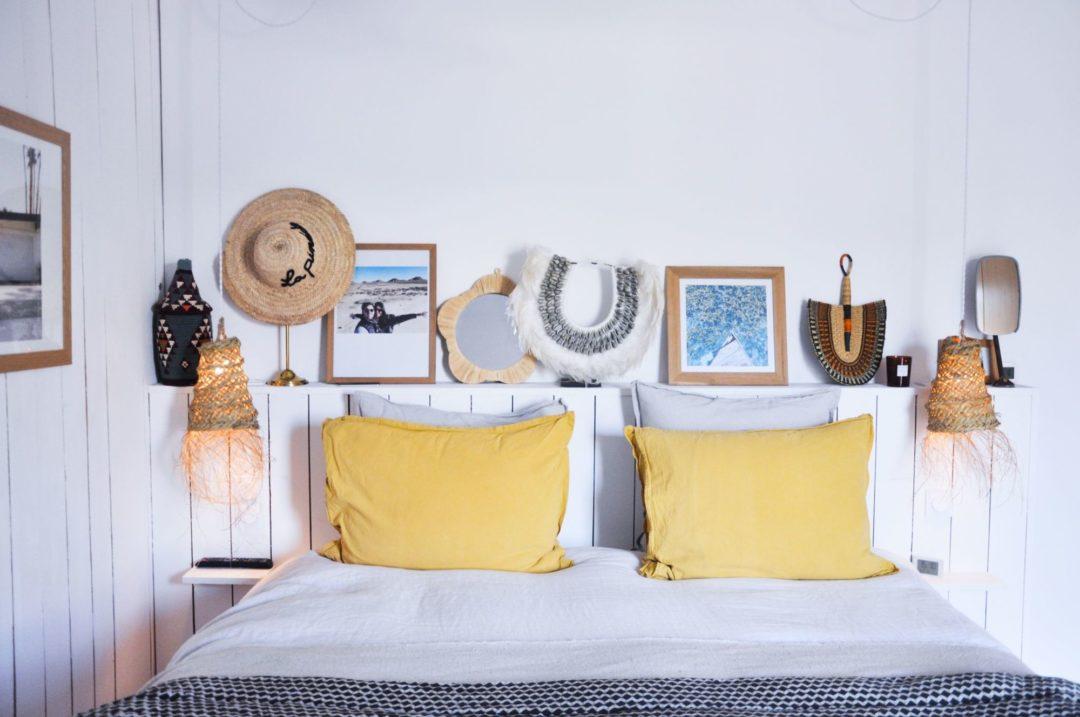 Zoom sur la tête de lit : une décoration par l'accumulation d'objets bohèmes